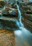 Esposizione lunga di mini cascata fotografie stock libere da diritti