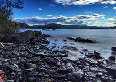 Esposizione lunga di Rocky Coast del fiume hudson Fotografia Stock