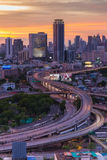 Esposizione lunga di traffico sul modo preciso durante il tramonto Fotografia Stock