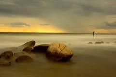 Esposizione lunga di tramonto della spiaggia Fotografie Stock Libere da Diritti