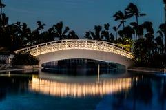 Esposizione lunga di un ponte illuminato del piede sopra una piscina fotografie stock