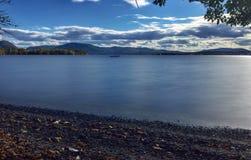 Esposizione lunga di una barca a vela su Hudson River fotografia stock