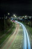 Esposizione lunga di una strada di grande traffico alla notte immagini stock