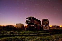 Esposizione lunga di vecchi bus arrugginiti Immagini Stock