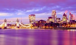 Esposizione lunga, paesaggio urbano illuminato di Londra alla notte Fotografie Stock