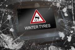 Esposizione nel cruscotto con i pneumatici di inverno di attenzione fotografia stock libera da diritti