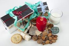 Esposizione stagionale festiva di natale con il mince pie e una selezione dei dadi Fotografie Stock
