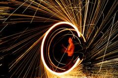 Esposizione stupefacente del fuoco alla notte Immagini Stock