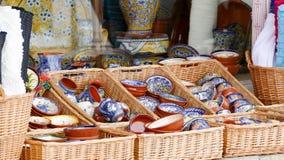 Esposizione tradizionale portoghese dei piatti e delle ciotole dell'argilla Immagine Stock