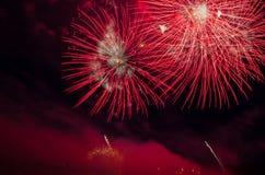 Esposizione variopinta dei fuochi d'artificio alla notte Immagine Stock Libera da Diritti
