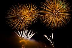 Esposizione variopinta dei fuochi d'artificio alla notte Fotografia Stock
