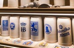 Esposizioni al museo delle tazze di festival di Oktoberfest, storia delle bottiglie della celebrazione immagine stock