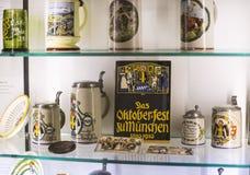 Esposizioni al museo delle tazze di festival di Oktoberfest, storia delle bottiglie della celebrazione immagini stock libere da diritti
