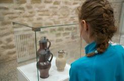 Esposizioni d'esplorazione della bambina immagine stock