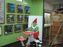 Esposizioni dentro il museo di storia naturale vicino a Los Banos, Filippine immagini stock