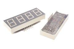 4 esposizioni di LED della cifra con 7 segmenti su fondo bianco Fotografia Stock Libera da Diritti