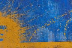 Espray amarillo en la pared pintada azul Imágenes de archivo libres de regalías