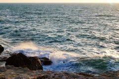 Espray de mar en los rayos de la puesta del sol, Chernomorskoye, Crimea fotos de archivo