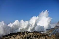 Espray de ondas enormes en el parque de estado de los acres de la orilla, Oregon fotos de archivo