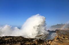 Espray de ondas enormes en el parque de estado de los acres de la orilla, Oregon imagenes de archivo