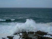 Espray de sal en la roca, litoral atlántico, Irlanda imagen de archivo