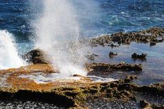 Espray del agua de mar a través del agujero del soplo, Tinian, Mariana Islands septentrional fotos de archivo libres de regalías