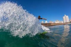 Espray del primer de la foto del agua que practica surf Imágenes de archivo libres de regalías