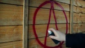 Espray del símbolo de la anarquía pintado en la cerca de madera almacen de metraje de vídeo