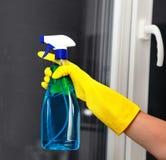 Espray para la ventana de limpieza Imagenes de archivo