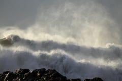Espray retroiluminado de las olas oceánicas Fotos de archivo libres de regalías