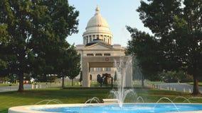 Esprayes de la fuente todo el día en la Capital del Estado de Little Rock de los argumentos almacen de metraje de vídeo