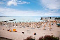 Espreguiçadeira na praia no por do sol, Constanta, Roménia. Fotografia de Stock Royalty Free