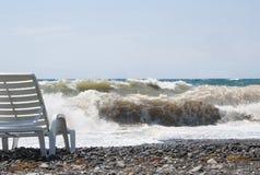 Espreguiçadeira que está na praia pelo mar em um dia de verão imagem de stock royalty free