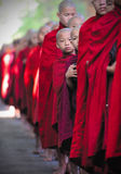 Espreitando a monge, myanmar, (Burma) Imagens de Stock Royalty Free