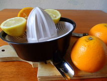 espremedor de frutas com o citrino alaranjado do fesh na placa de madeira Imagens de Stock Royalty Free