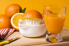 Espremendo o sumo de laranja Imagens de Stock Royalty Free