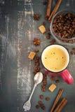 Espreso e chicchi di caffè su fondo misero, vista superiore, spazio f Fotografia Stock