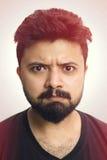 Espressione arrabbiata del fronte dell'uomo del ritratto dello studio del primo piano fotografia stock libera da diritti