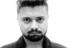 Espressione in bianco naturale dell'uomo del ritratto dello studio del primo piano su bianco Fotografia Stock