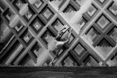 Espressione del movimento e di ballo contro il fondo di arte, pareti di Wynwood, Florida, U.S.A. Fotografie Stock Libere da Diritti
