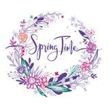 Espressione di tempo di primavera con i fiori disegnati a mano in un cerchio, elementi porpora di scarabocchio, erba, foglie, fio Fotografie Stock Libere da Diritti