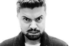 Espressione disgustata arrabbiata del fronte dell'uomo del ritratto dello studio del primo piano sopra Fotografia Stock Libera da Diritti