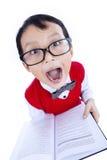 Espressione divertente del libro della tenuta del ragazzo del nerd - isolato fotografie stock libere da diritti