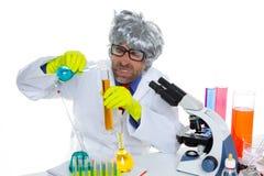 Espressione divertente dello scienziato pazzo pazzo della nullità al laboratorio Immagini Stock