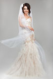 Espressione. Emozioni positive. Sposa sorridente splendida in Windy Wedding Dress Fotografie Stock