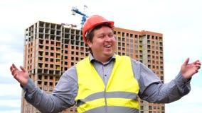 Espressione felice del fronte del lavoratore o dell'architetto del costruttore Wow, emozione allegra dell'uomo sul cantiere della video d archivio