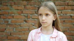 Espressione triste del bambino, ritratto infelice della ragazza, fronte annoiato depresso del bambino video d archivio