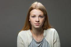 Espressioni ed emozioni del viso umano Ritratto di giovane donna adorabile della testarossa in camicia accogliente che sembra cal Immagine Stock