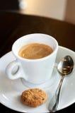 Espresso και μπισκότο με τον καπνό στοκ εικόνα