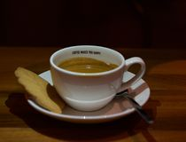 Espresso καφέ στο άσπρο φλυτζάνι στο μαύρο υπόβαθρο Κούπα του καφέ που απομονώνεται στο σκοτεινό φυσικό υπόβαθρο coffee cup dress Στοκ εικόνα με δικαίωμα ελεύθερης χρήσης